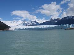 I tre stati dell'acqua: solido (ghiaccio), liquido e gassoso (nubi)